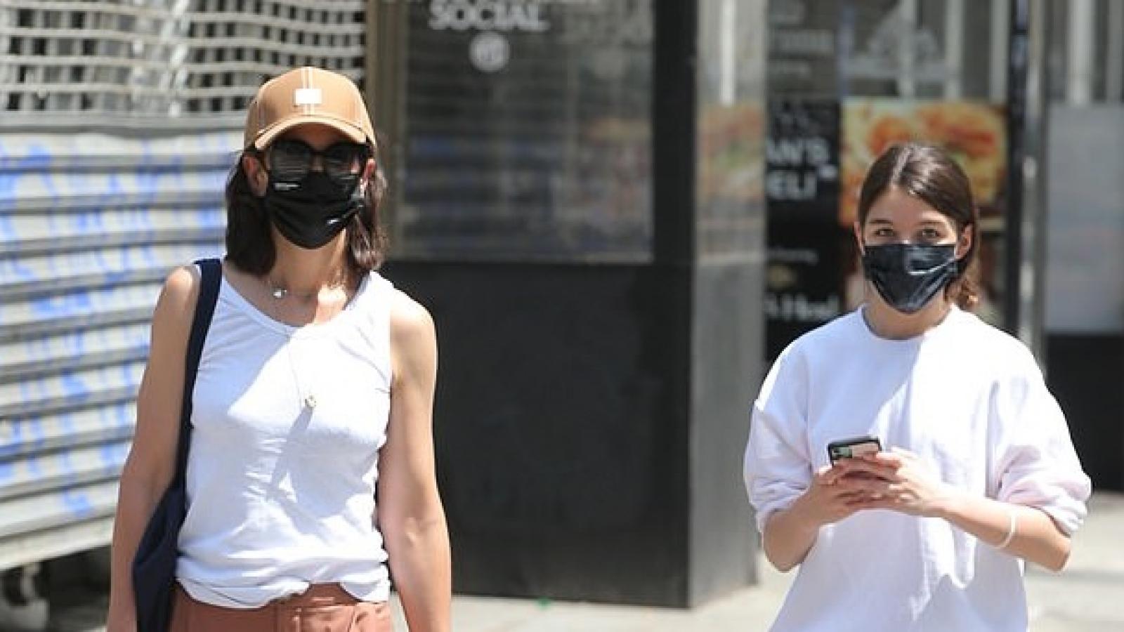 Katie Holmes cắt tóc trẻ trung, vui vẻ đi dạo phố cùng con gái