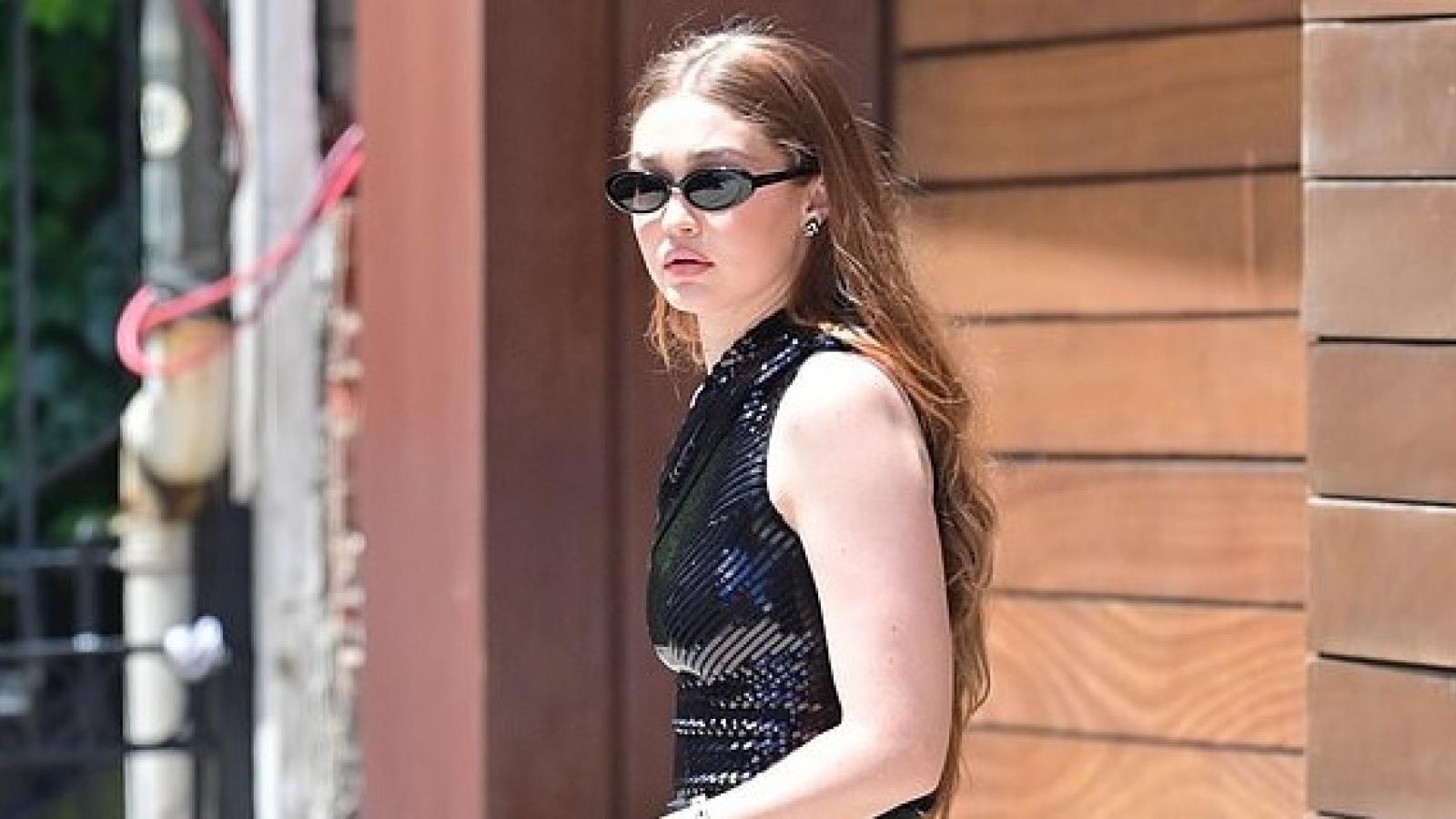Siêu mẫu Gigi Hadid thon thả ra phố sau 9 tháng sinh con đầu lòng