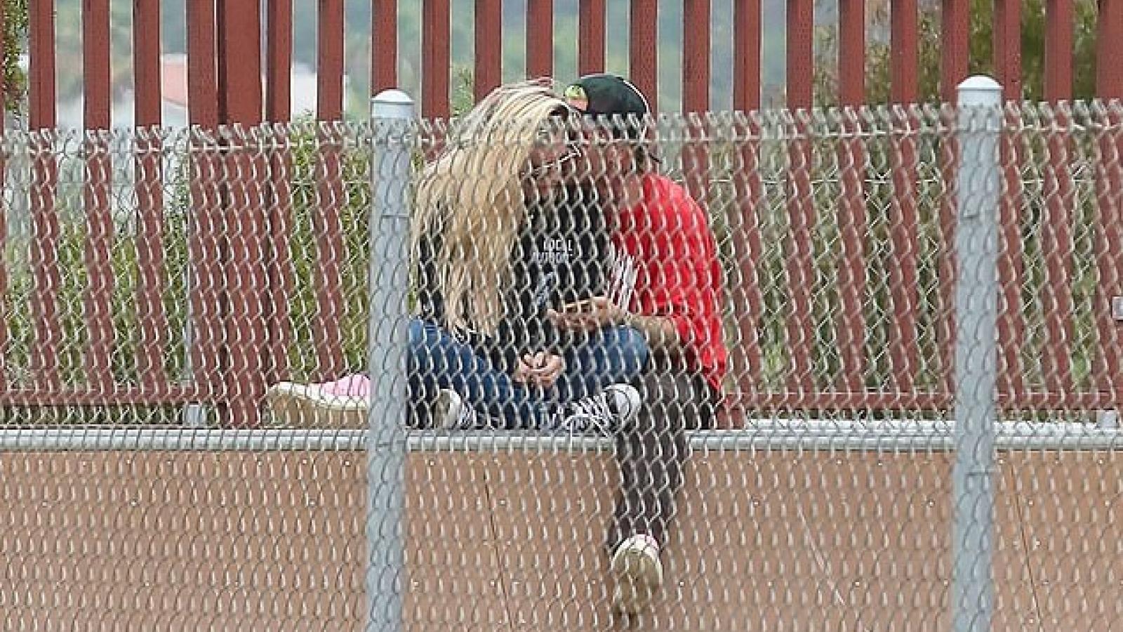 Avril Lavigne và bạn trai sánh đôi tình tứ trong công viên
