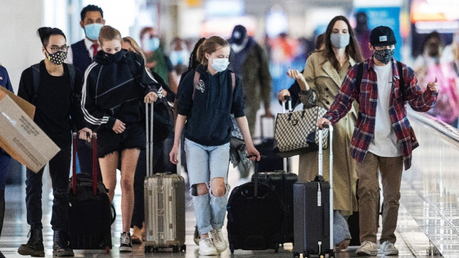 Angelina Jolie cùng các con đi du lịch sau khi đón sinh nhật tuổi 46