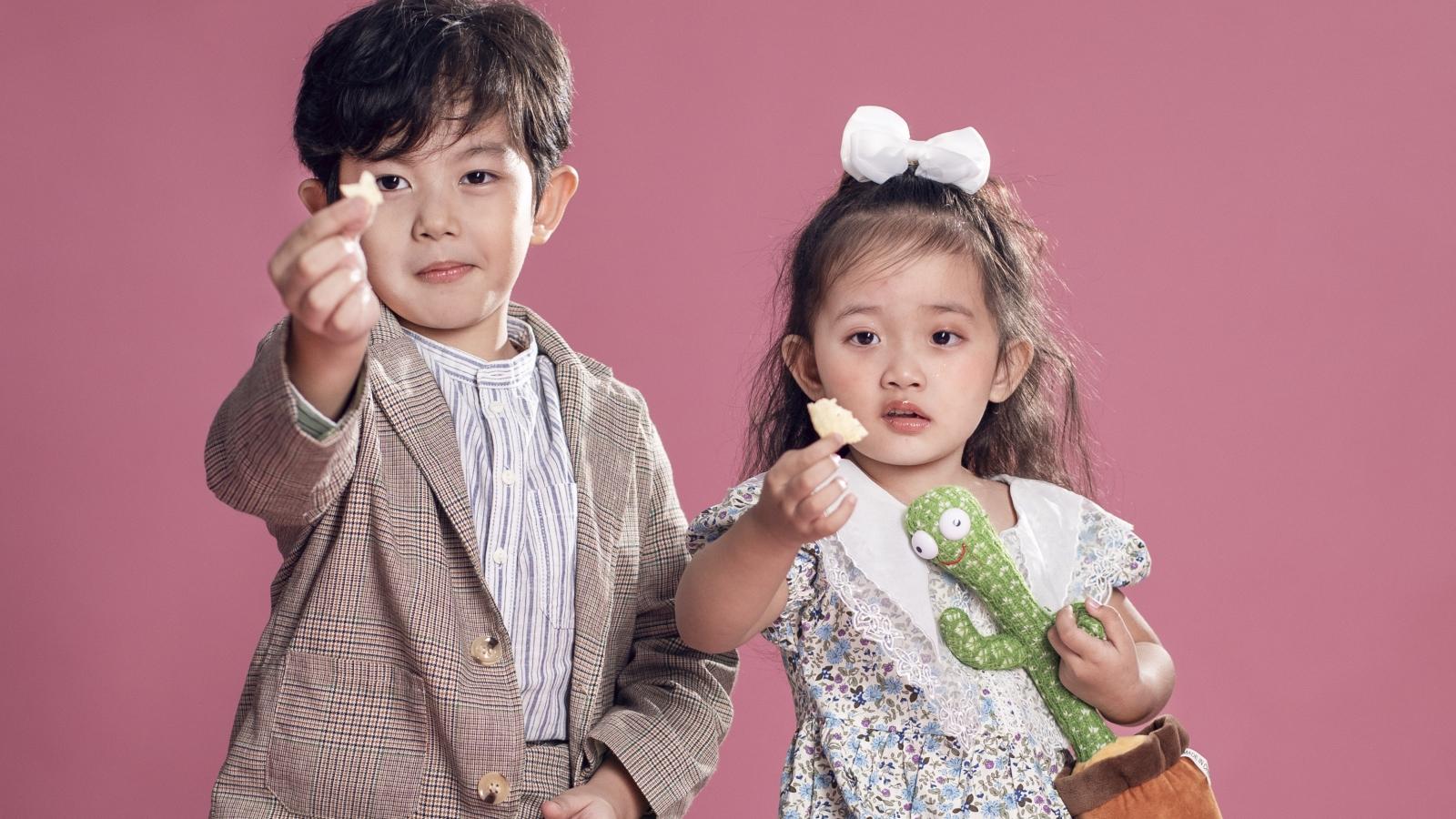 Hai nhóc tỳ nhà Khánh Thi - Phan Hiển gây sốt với loạt ảnh dễ thương