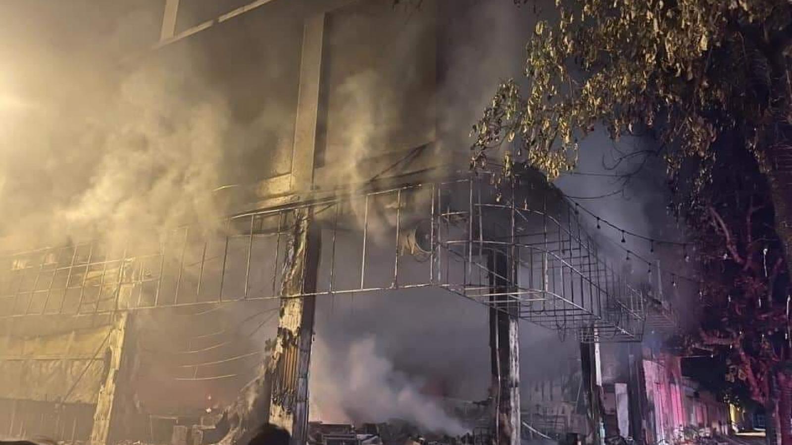Phòng trà lớn ở thành phố Vinh bốc cháy dữ dội giữa đêm, 6 người thiệt mạng