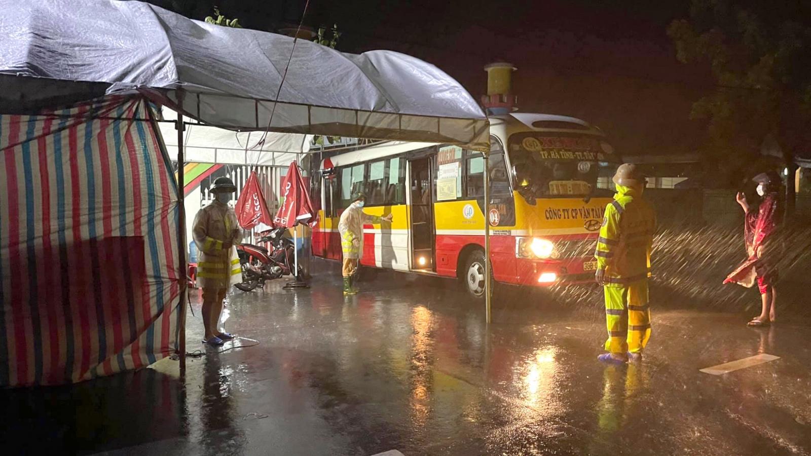 Mưa xối xả, Hà Tĩnh điều gấp 22 xe buýt hỗ trợ lực lượng phòng, chống Covid-19