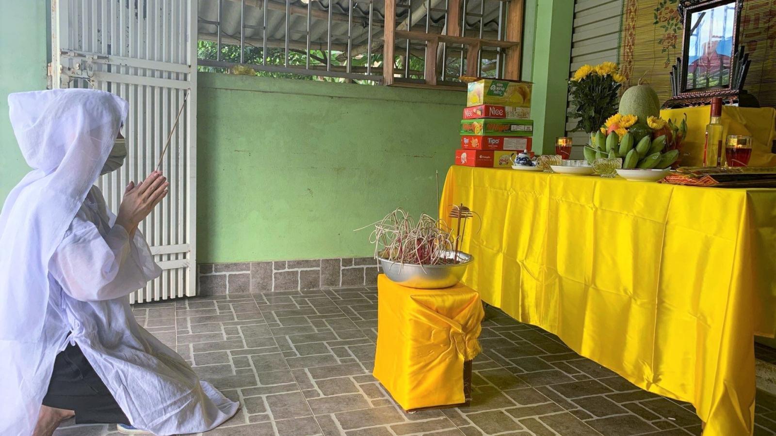 Nữ nhân viên y tế lập bàn thờ chịu tang mẹ ở vùng phong tỏa