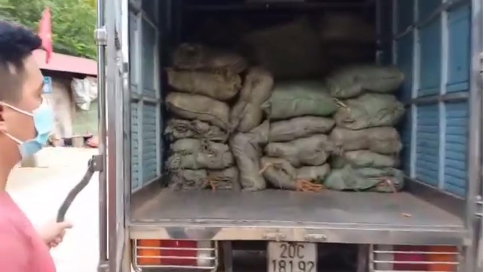 Xe tải chở hơn 1,8 tấn nguyên liệu thuốc lá không rõ nguồn gốc