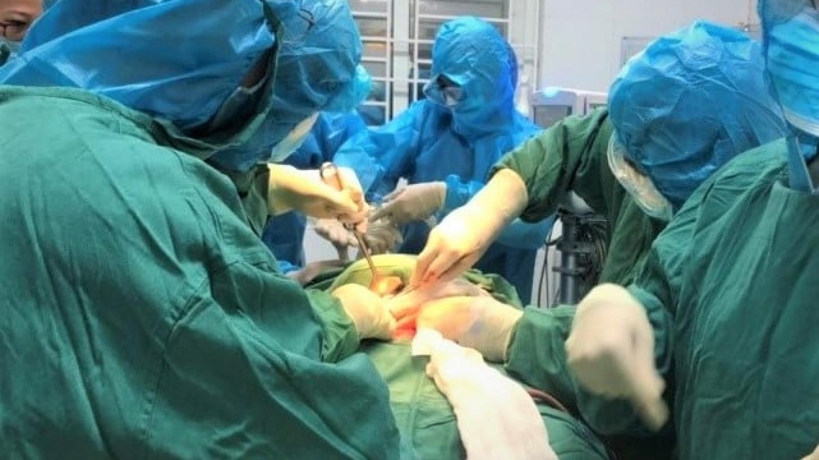 Phẫu thuật khẩn cấp ngay tại khu cách ly cứu sống sản phụ cùng con