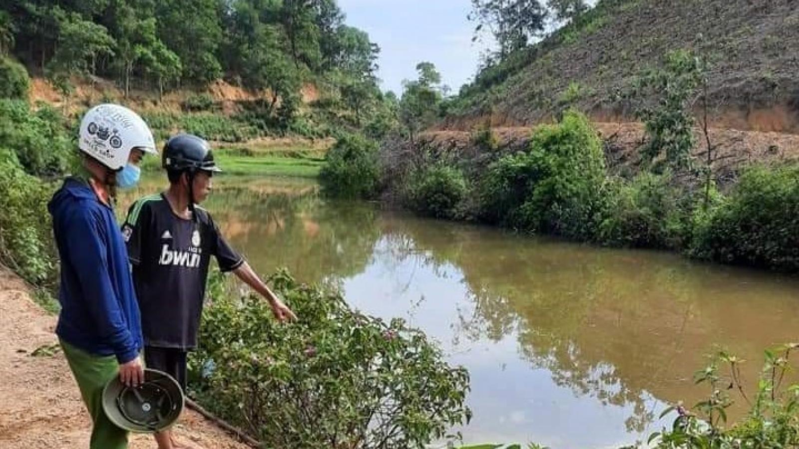 Xe máy lao xuống hồ, hai mẹ con đuối nước tử vong