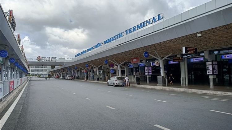 Transport hubs in HCM City fall quiet amid social distancing period