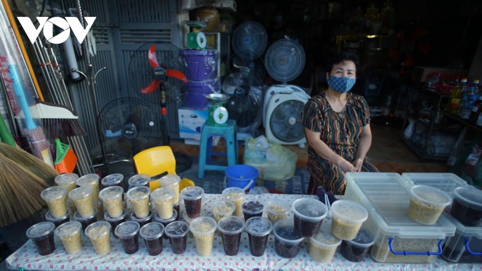 Hanoi market enjoys brisk trade for Doan Ngo festival
