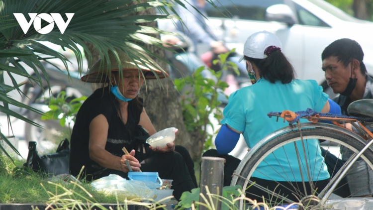 Low-income workers take quick lunch amid COVID-19 fight