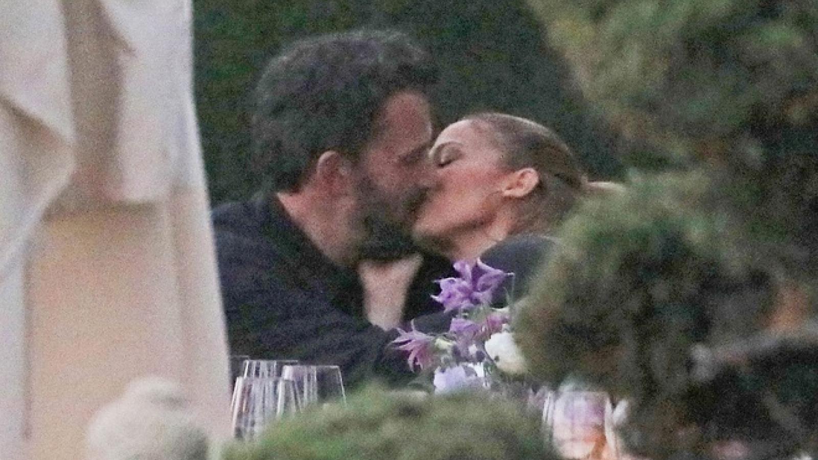 """Jennifer Lopez ngọt ngào """"khóa môi"""" bạn trai Ben Affleck trong tiệc sinh nhật em gái"""