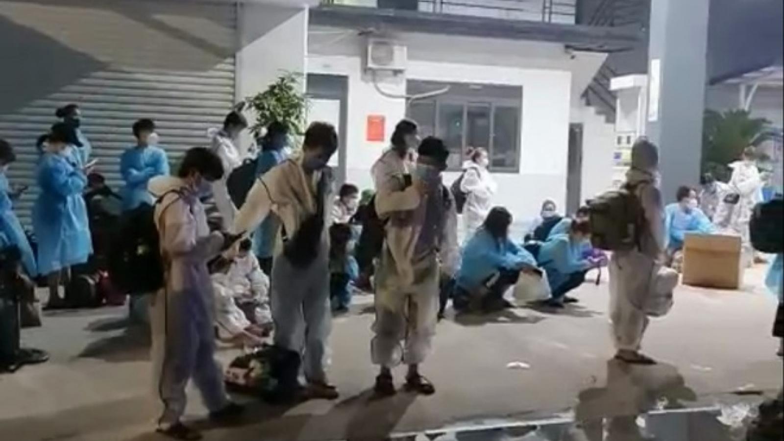 Chuyển hơn 1.000 công nhân khỏi ổ dịch Núi Hiểu, Bắc Giang trong đêm
