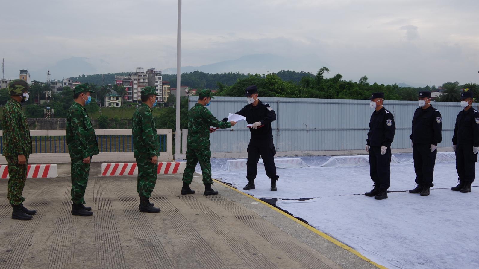 Lực lượng biên phòng Việt Nam và Trung Quốc tuần tra phòng chống dịch