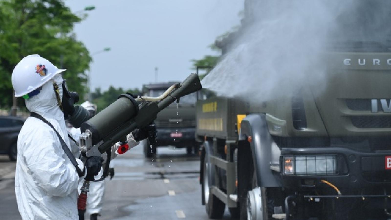 Bộ Tư lệnh Quân khu 1 phun khử khuẩn, làm sạch ổ dịch huyện Việt Yên, Bắc Giang