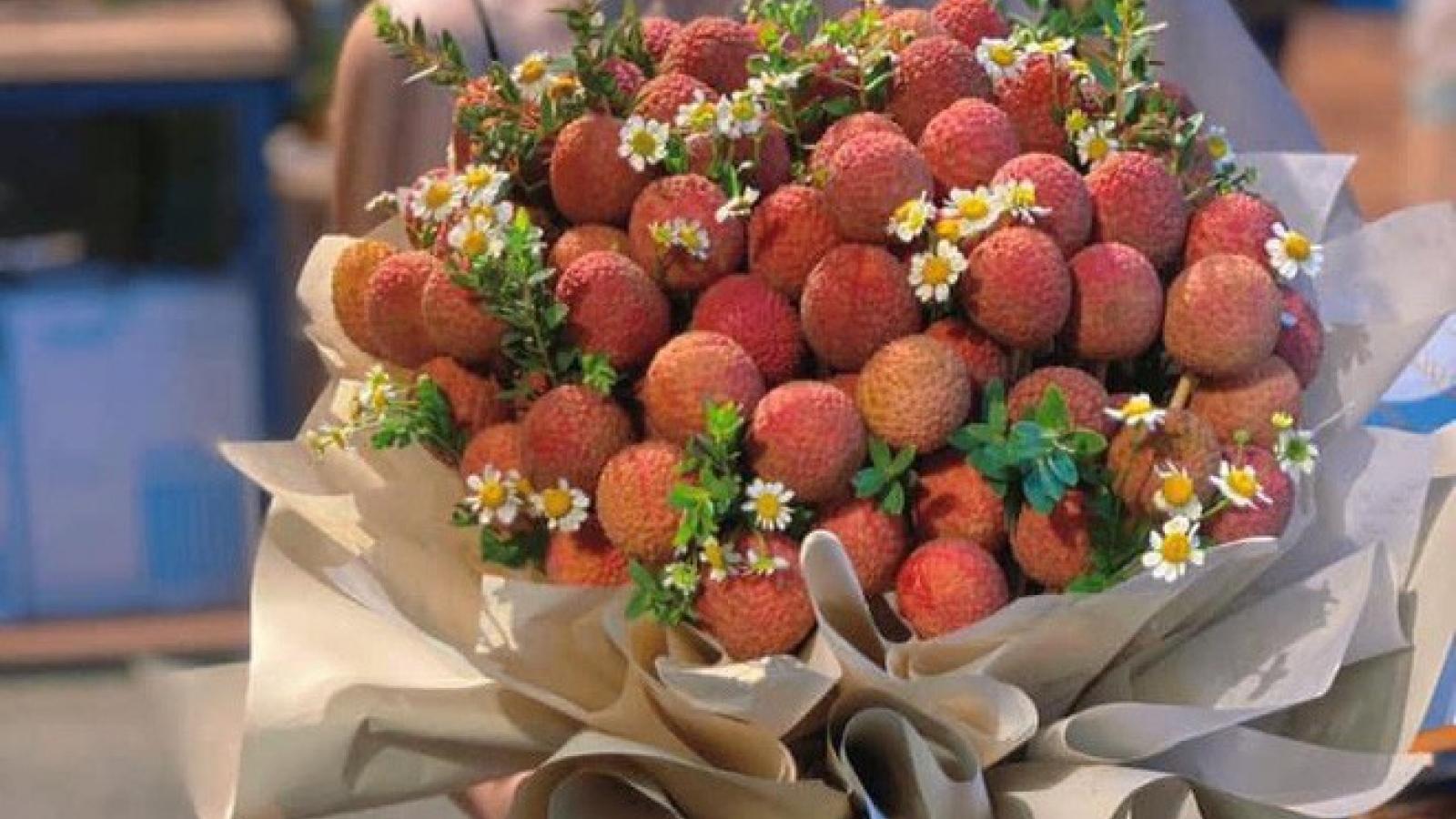 Bó hoa vải thiều độc lạ giá hơn nửa triệu đồng