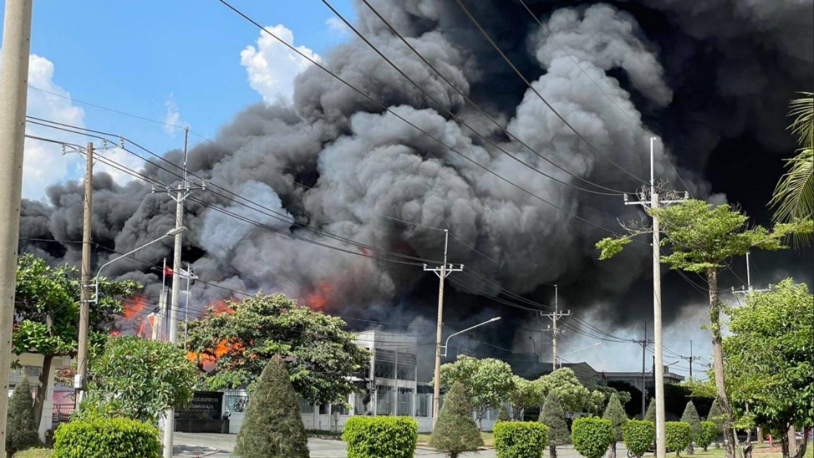 Cháy dữ dội tại công ty hóa chất trong KCN Long Bình, Đồng Nai