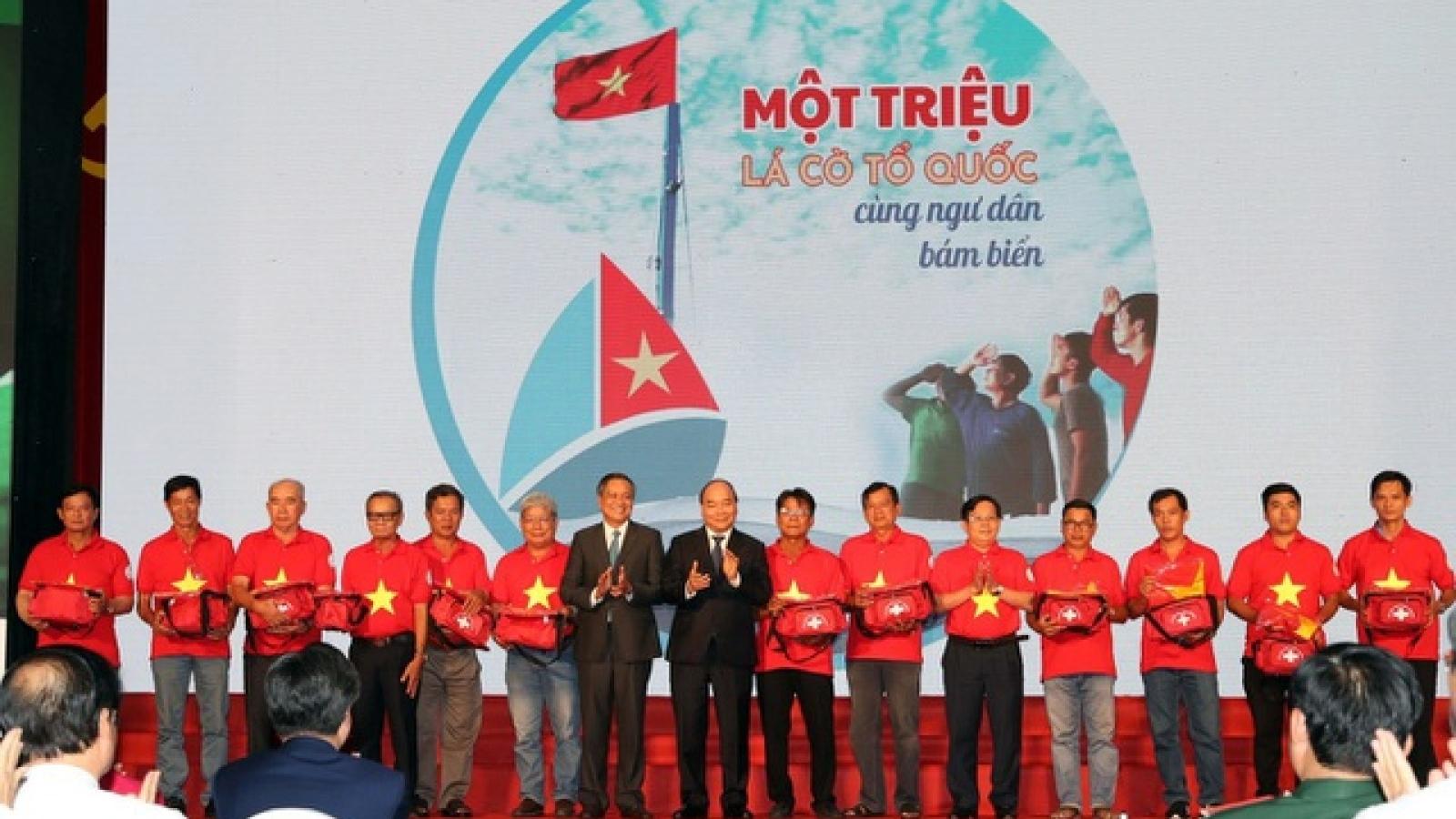 Chủ tịch nước Nguyễn Xuân Phúc gửi tặng 5.000 lá cờ cho các ngư dân vùng biển đảo