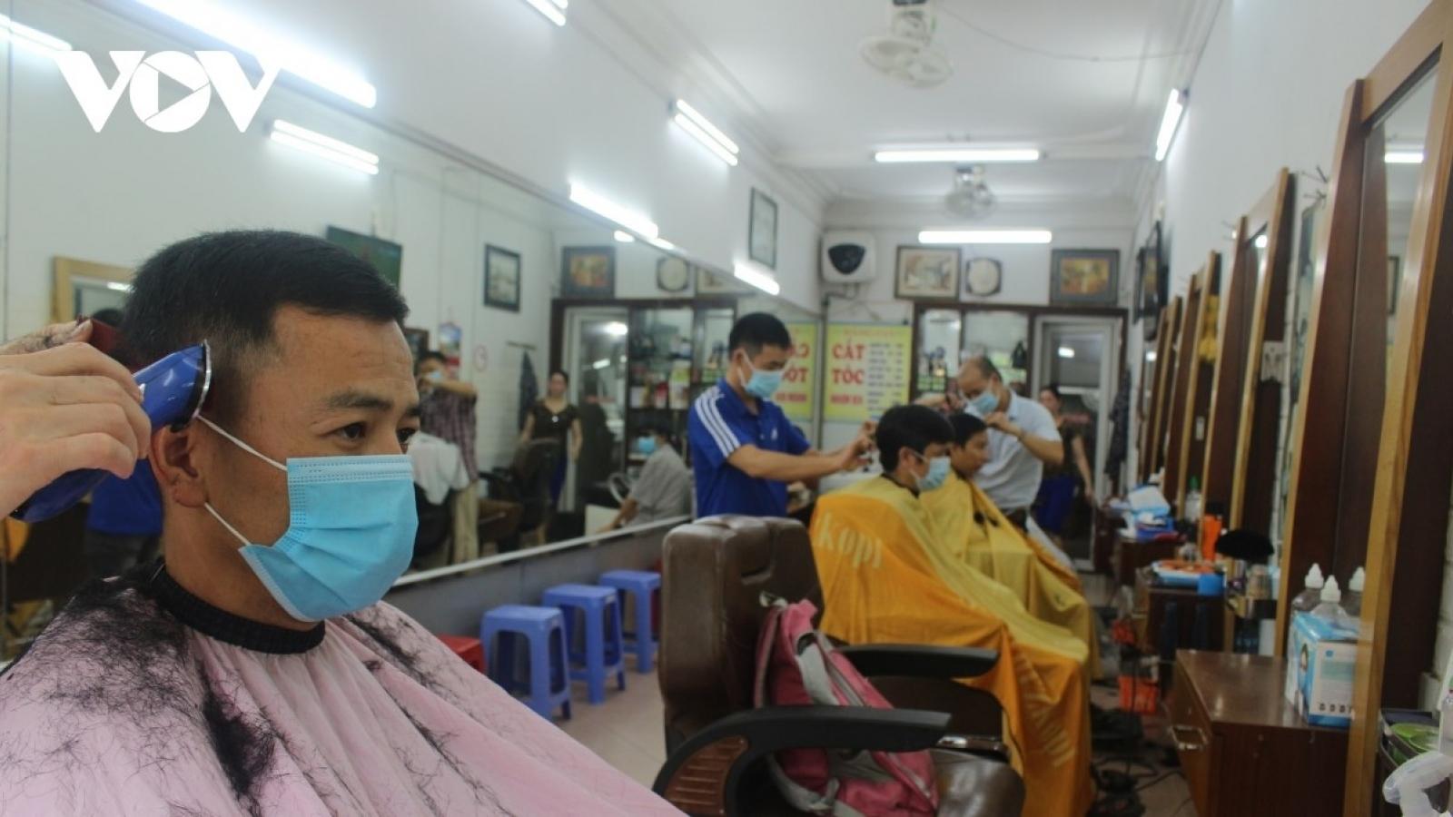 Quán phở, tiệm cắt tóc ở Hà Nội đông chật khách ngày mở cửa trở lại