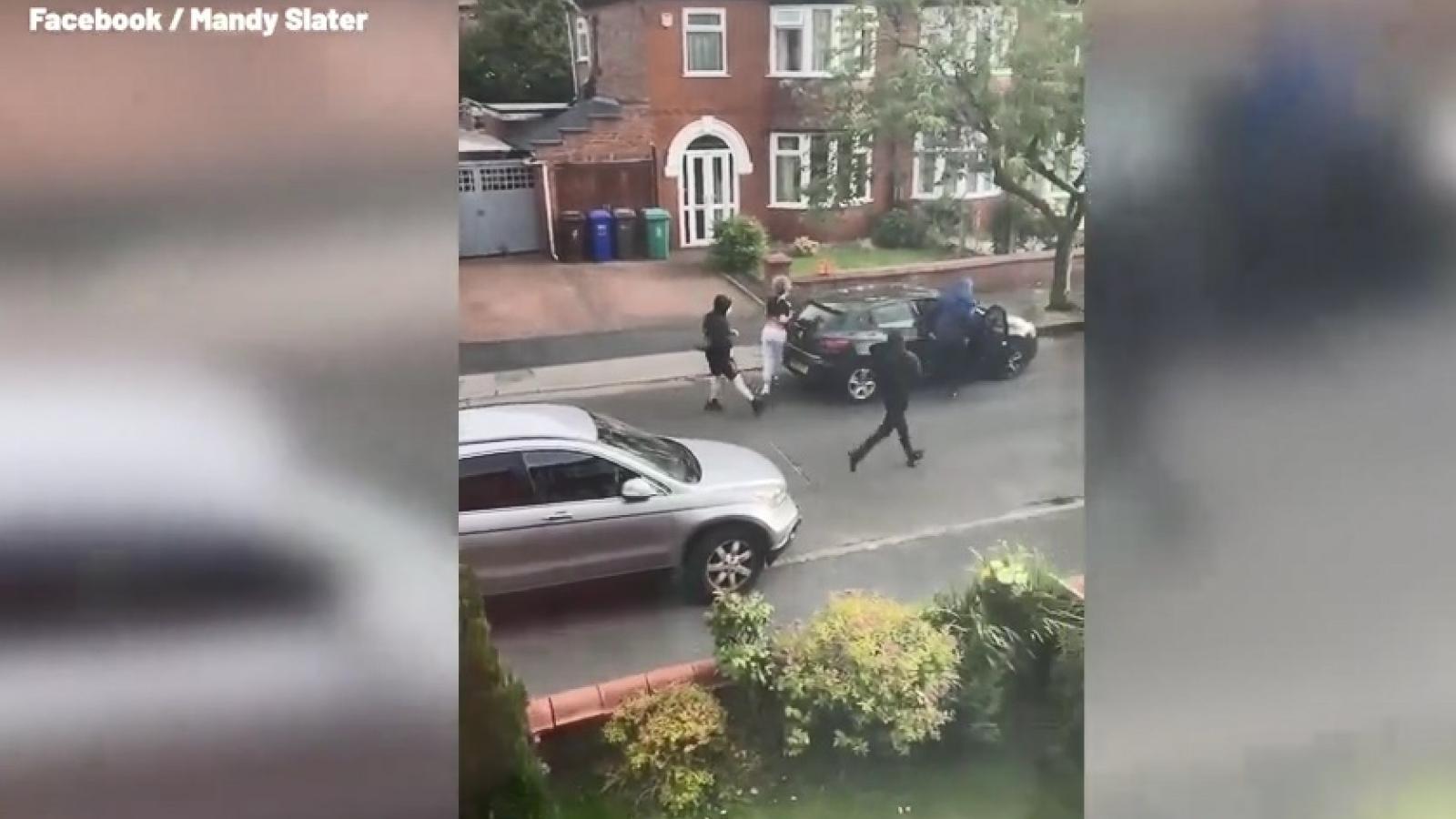 Sững sờ trước cảnh cướp ô tô táo tợn bằng dao giữa ban ngày ở Manchester (Anh)