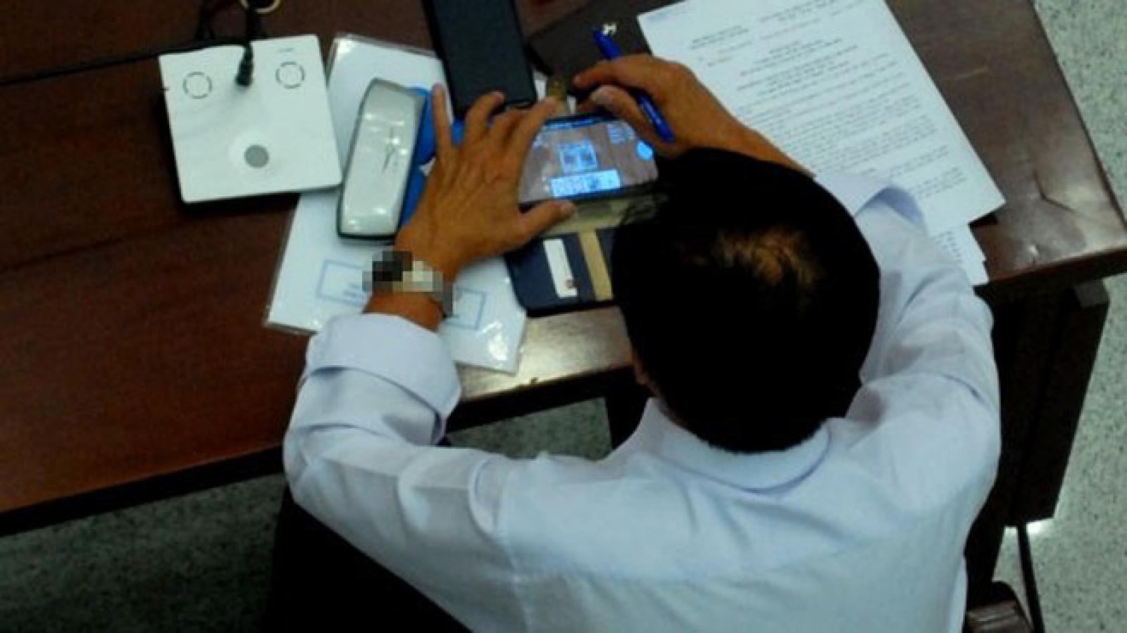 Bộ Nội vụ quy định công chức, viên chức không chơi điện tử, nghe nhạc trong giờ làm việc