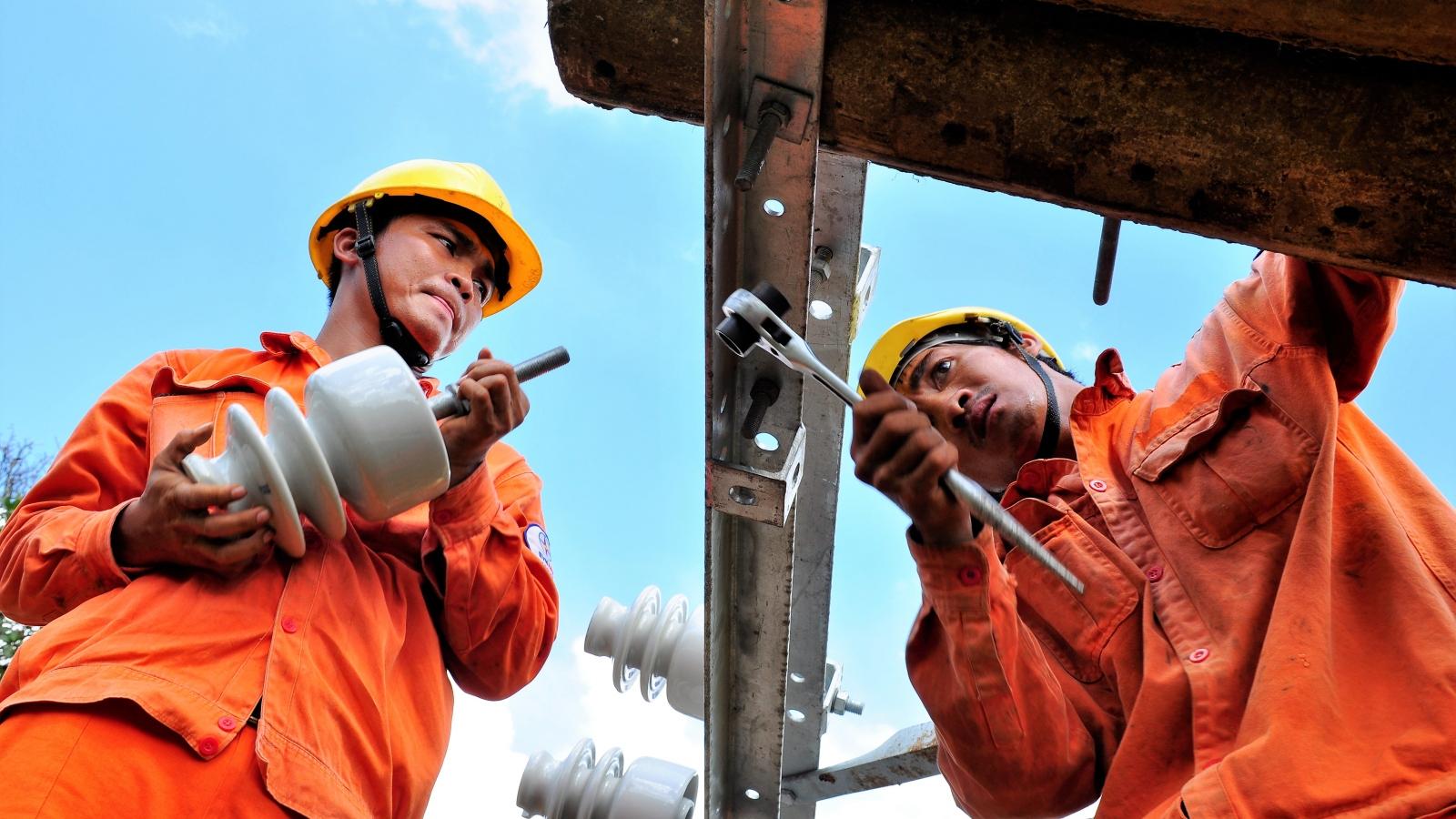 Đường dây nóng thông báo sự cố điện mùa mưa bão khu vực phía Nam