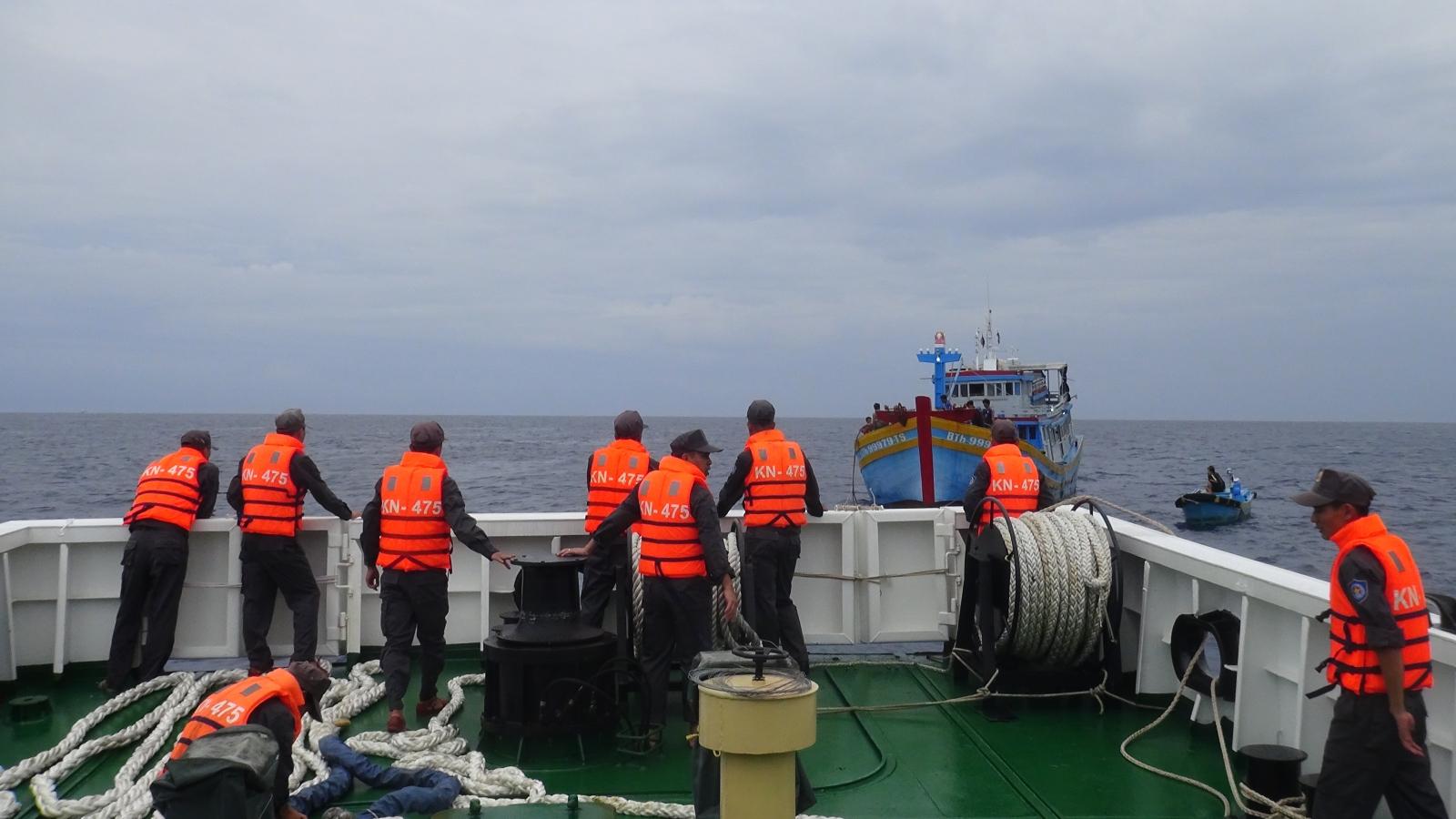 Tàu KN475 cứu kéo tàu cá BTh 99979 TS gặp nạn tại đảo Đá Nam