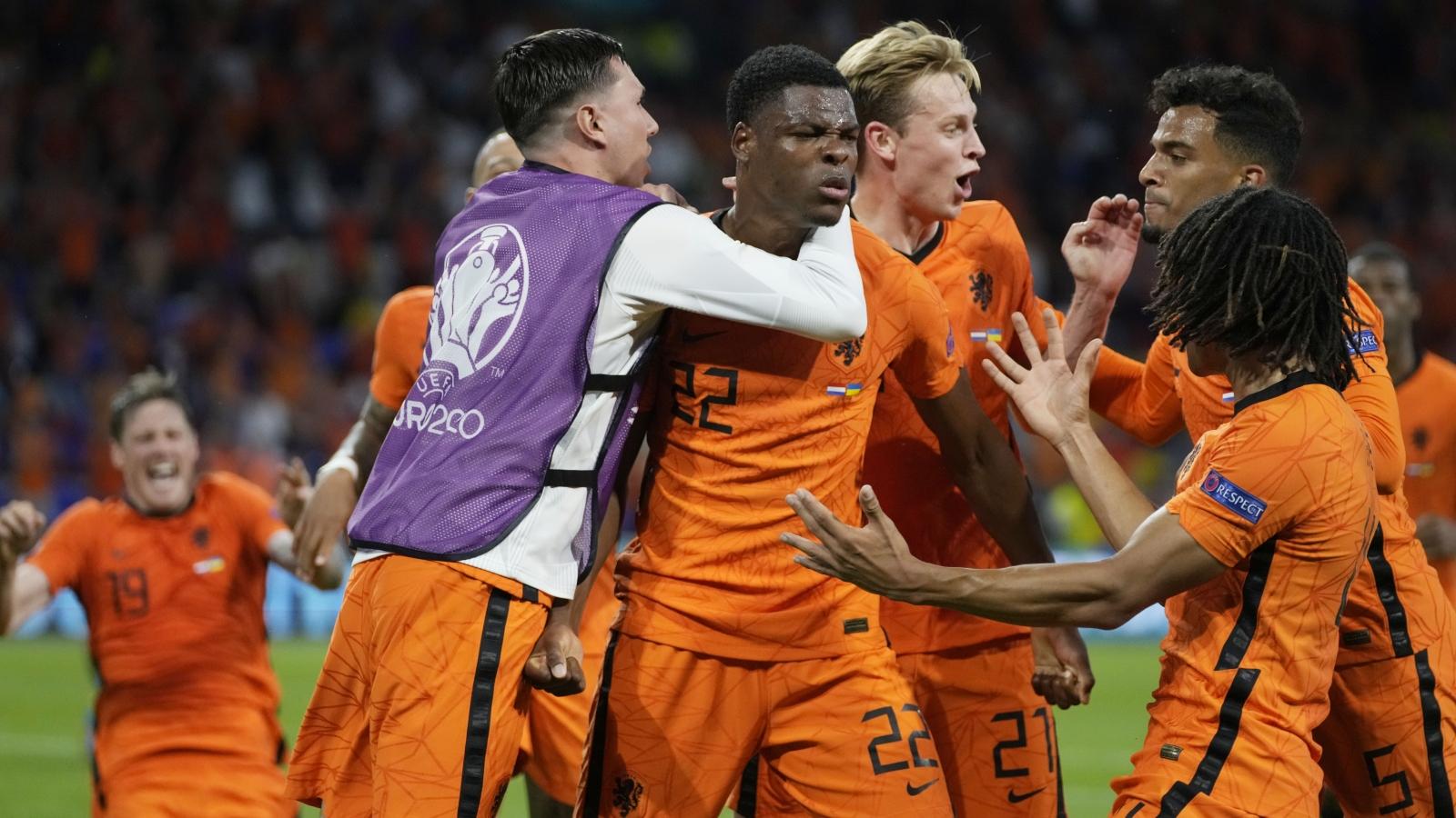 """Hà Lan 3-2 Ukraine: """"Cơn lốc màu da cam"""" trở lại đầy cảm xúc"""