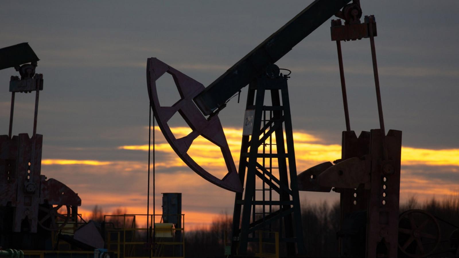 Giá dầu tăng vọt, vượt ngưỡng 70 USD/thùng