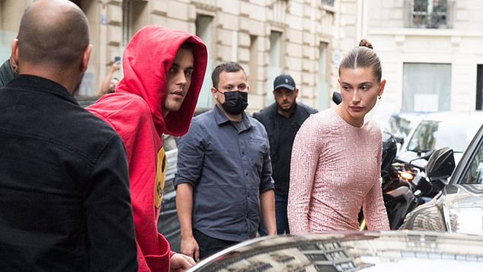 Hailey Baldwin diện đầm bó màu hồng nổi bật đi ăn tối cùng chồng ở Paris
