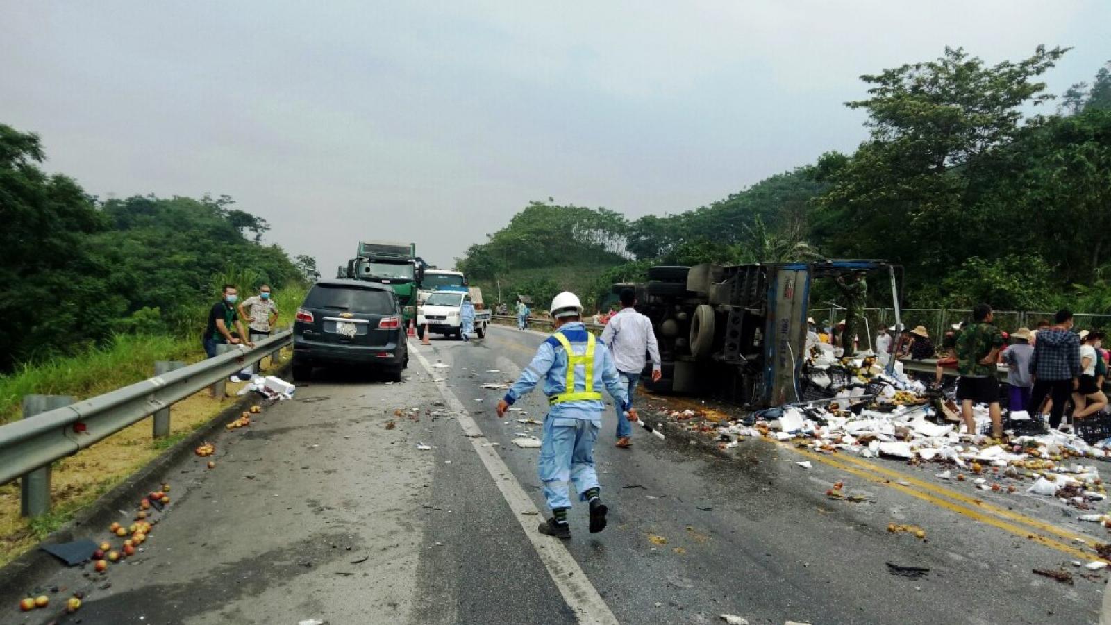 4 ô tô va chạm liên hoàn trên cao tốc Nội Bài – Lào Cai