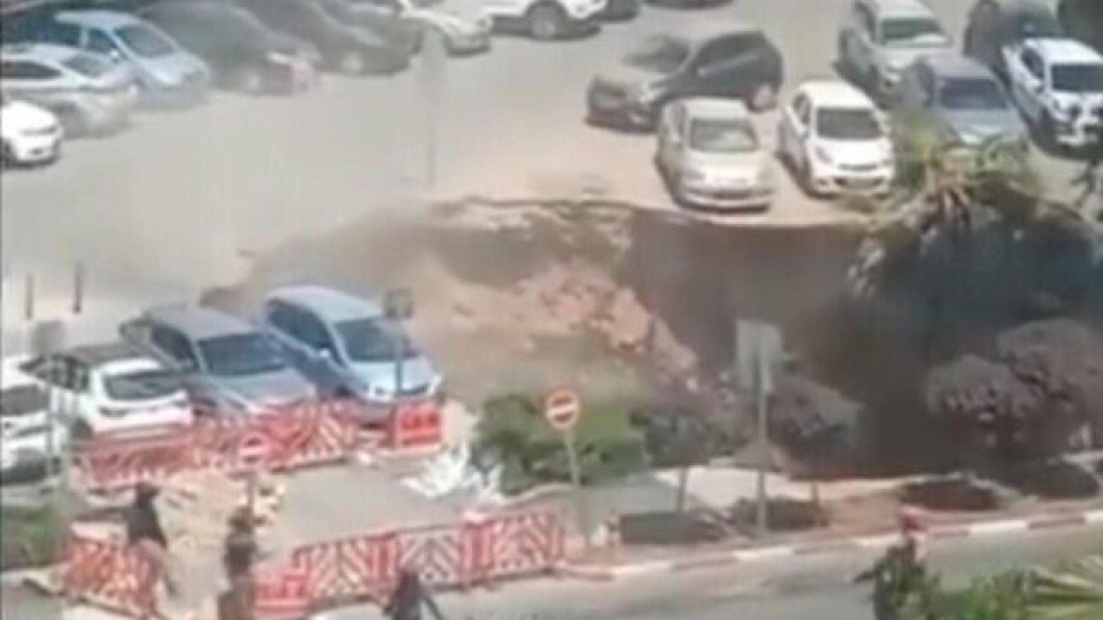 """Hố khổng lồ """"nuốt chửng"""" hàng loạt xe ô tô tại bãi đậu xe bệnh viện ở Jerusalem"""