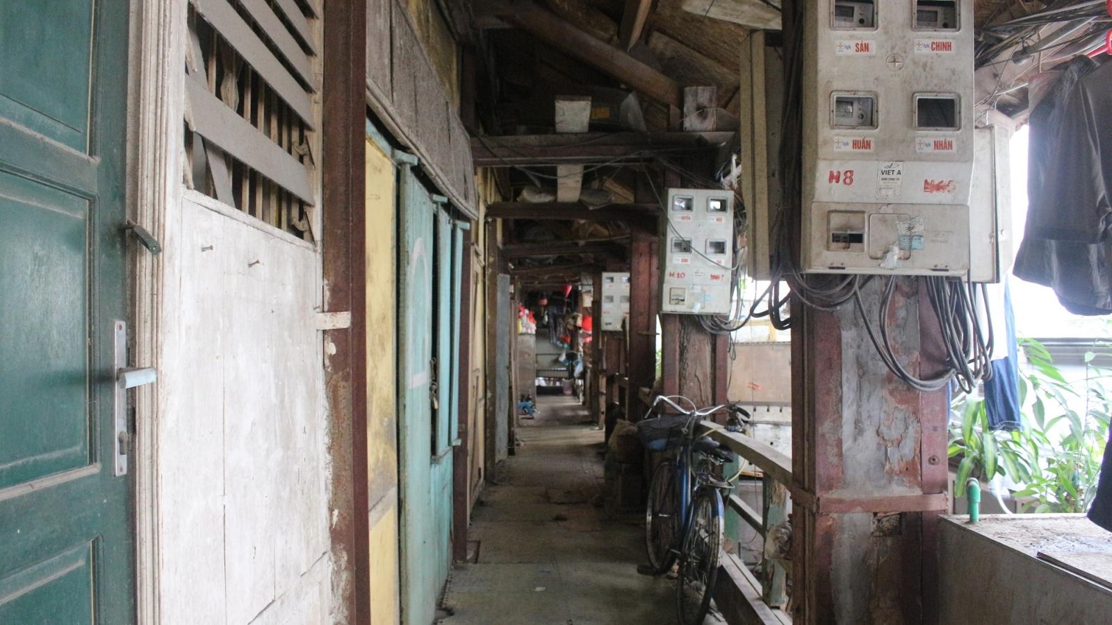 Cận cảnh khu nhà tập thể bằng gỗ xập xệ, xuống cấp ngay trung tâm Hà Nội