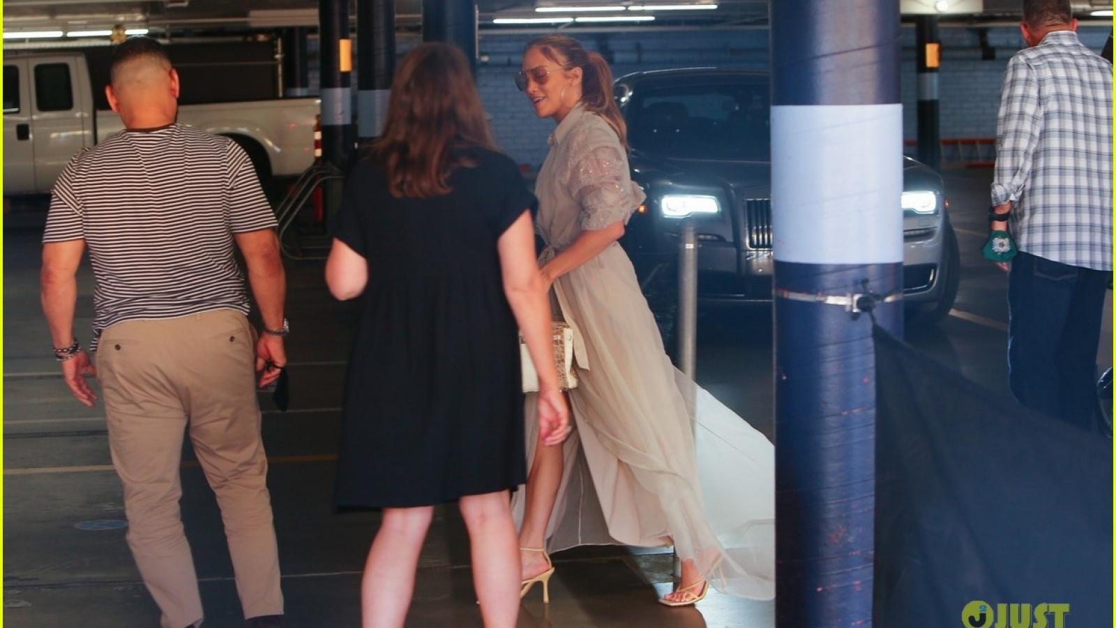 Jennifer Lopez thanh lịch đến dự cuộc họp kinh doanh ở Los Angeles