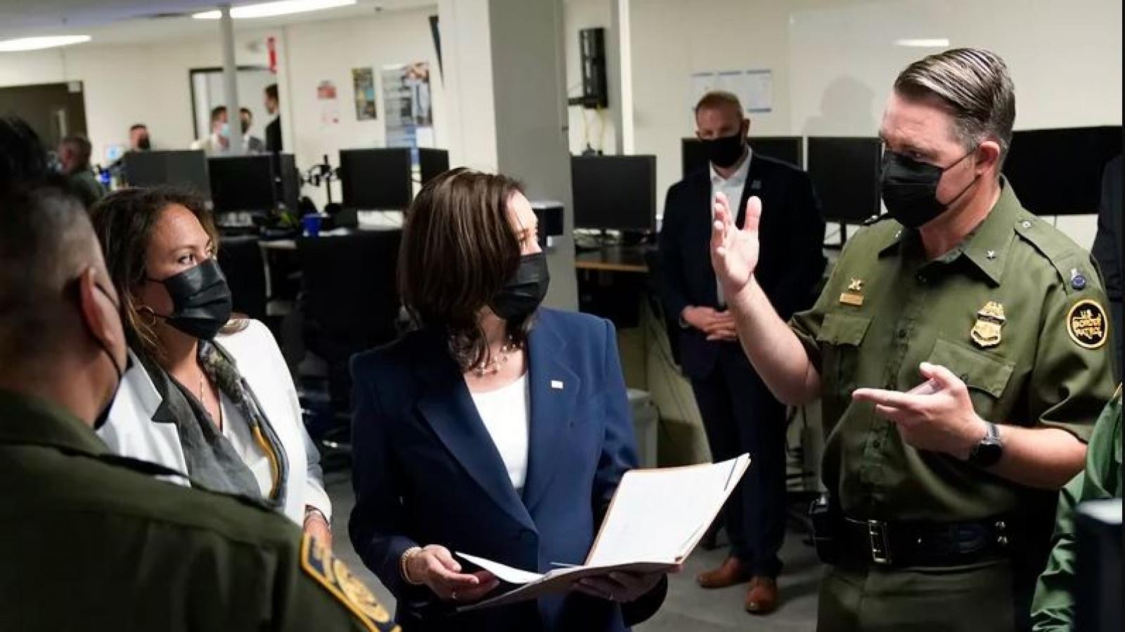 Phó Tổng thống Kamala Harris lần đầu tiên thị sát biên giới phía Nam