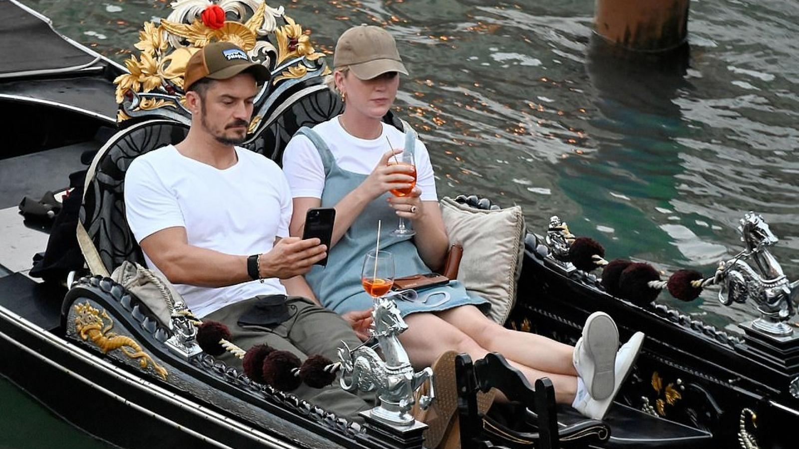 Orlando Bloom - Katy Perry hôn nhau tình tứ trên đường phố ở Venice