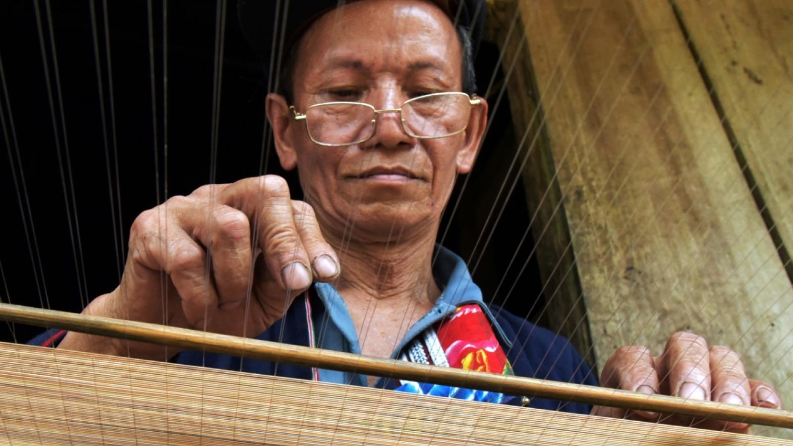 Lò Sành Phin-nghệ nhân người Dao đỏởHà Giang duy trì nghề đan mành tránggiấy bản