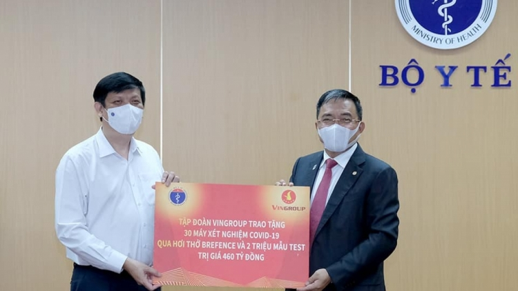 Vingroup presents COVID-19 breath testing system to Ministry of Health