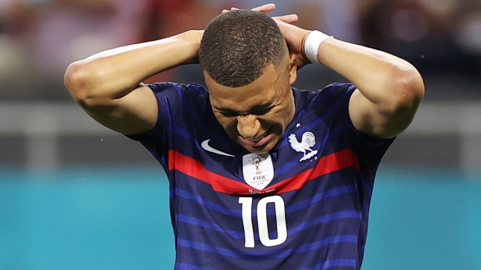 Pháp thua sốc Thụy Sĩ: HLV Deschamps an ủi Mbappe, tự nhận trách nhiệm về mình