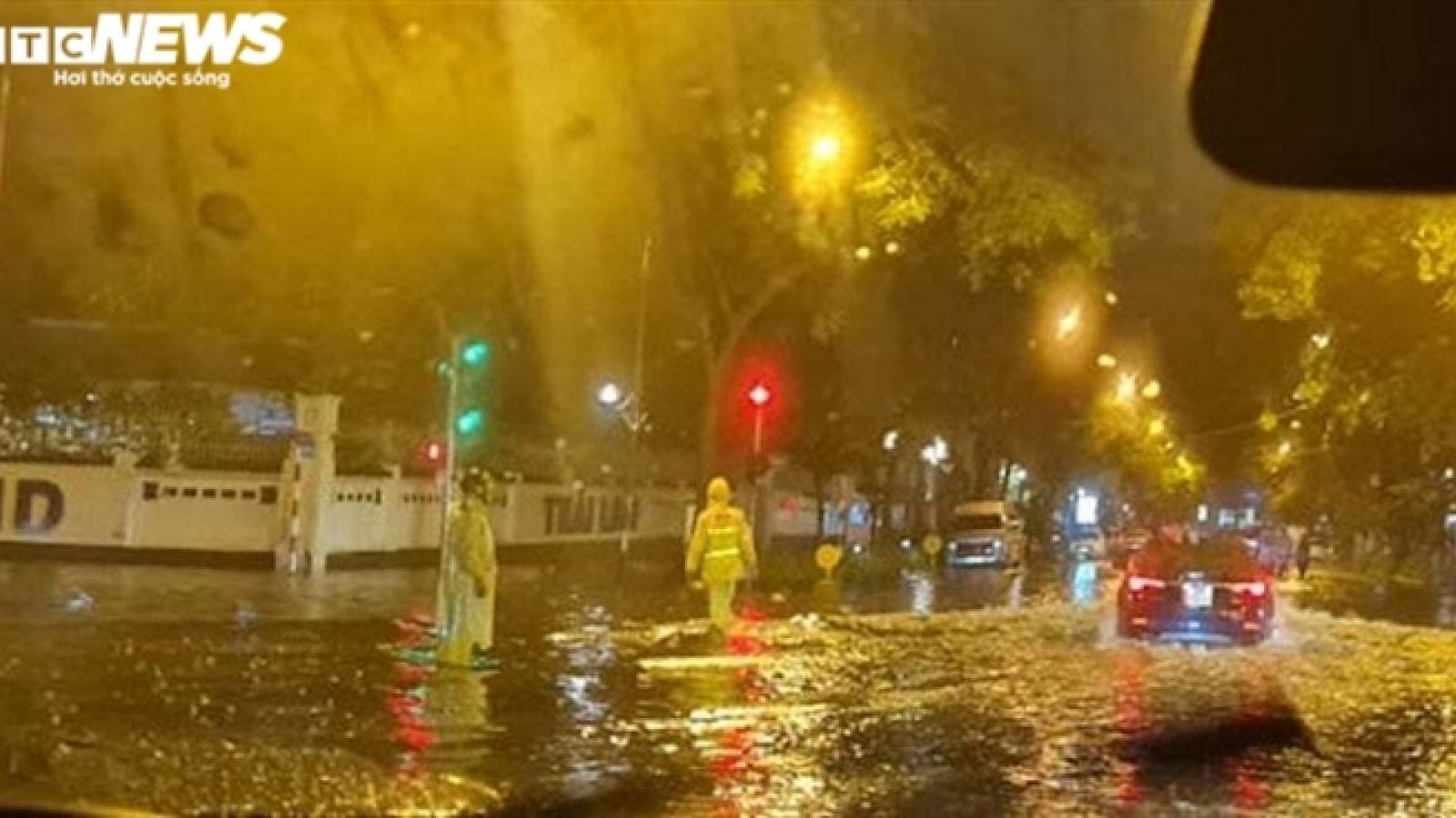 Đường Hà Nội ngập, cây đổ ngổn ngang sau cơn mưa lớn tối muộn