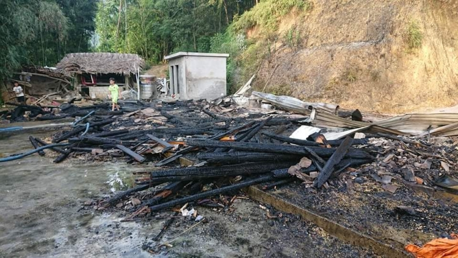 Một ngôi nhà ở Yên Bái bị cháy rụi do chập điện