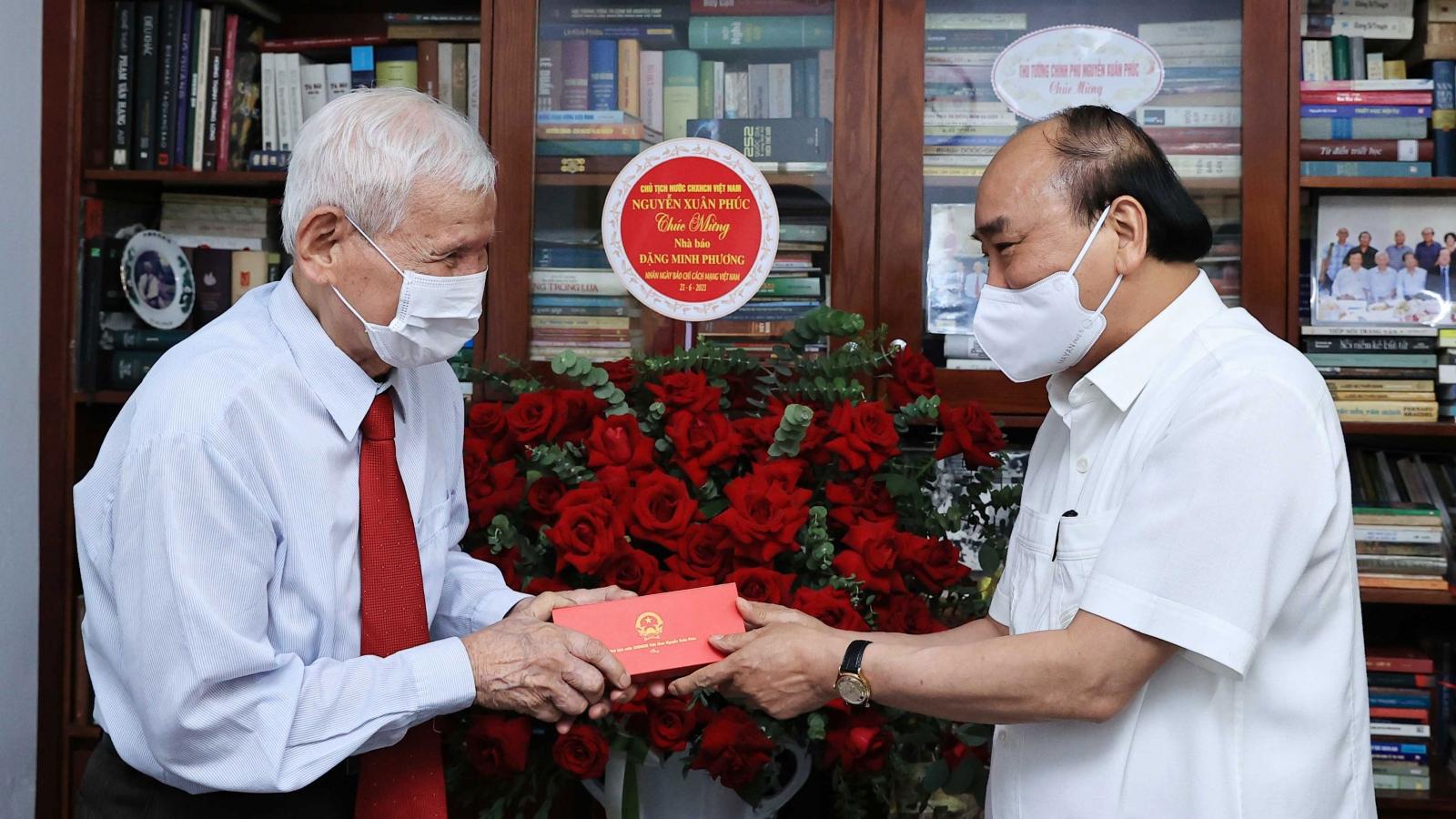 Chủ tịch nước Nguyễn Xuân Phúc thăm Nhà báo lão thành và gia đình cố Nhà báo Hữu Thọ