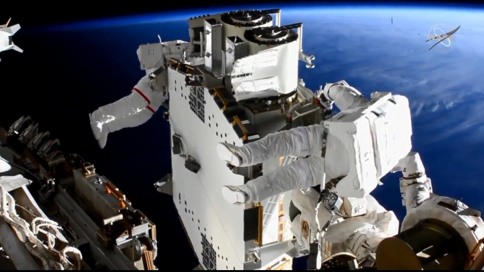 Phi hành gia đi bộ 6 tiếng ngoài không gian kết nối pin năng lượng mặt trời