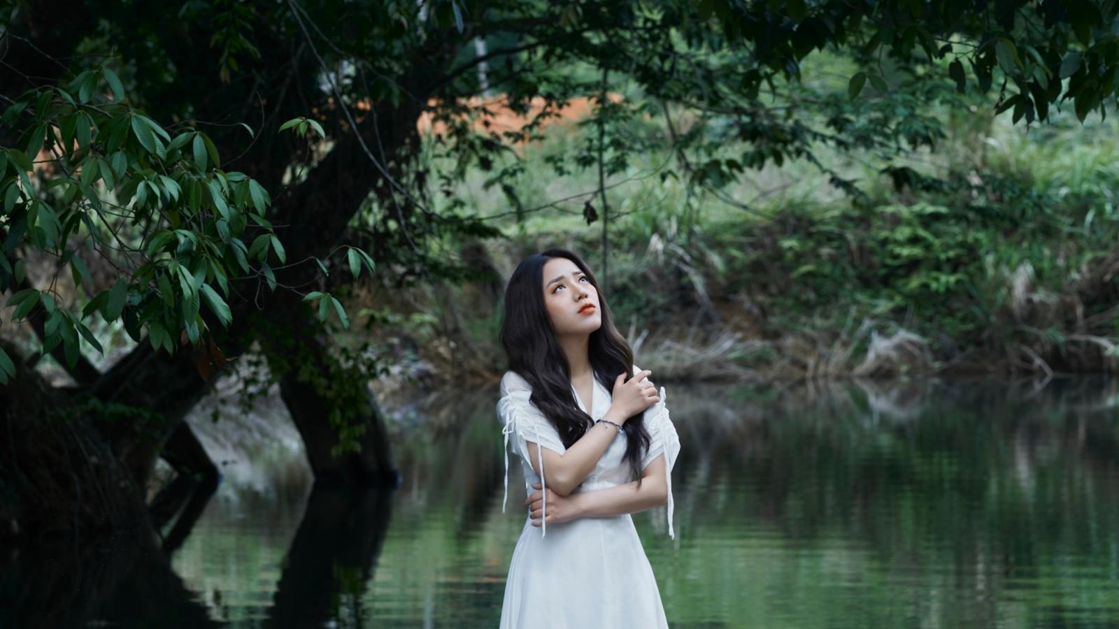 """Phùng Khánh Linh ngâm mình dưới suối trong thời tiết 10 độ C cho MV """"Chỉ buồn hôm nay"""""""