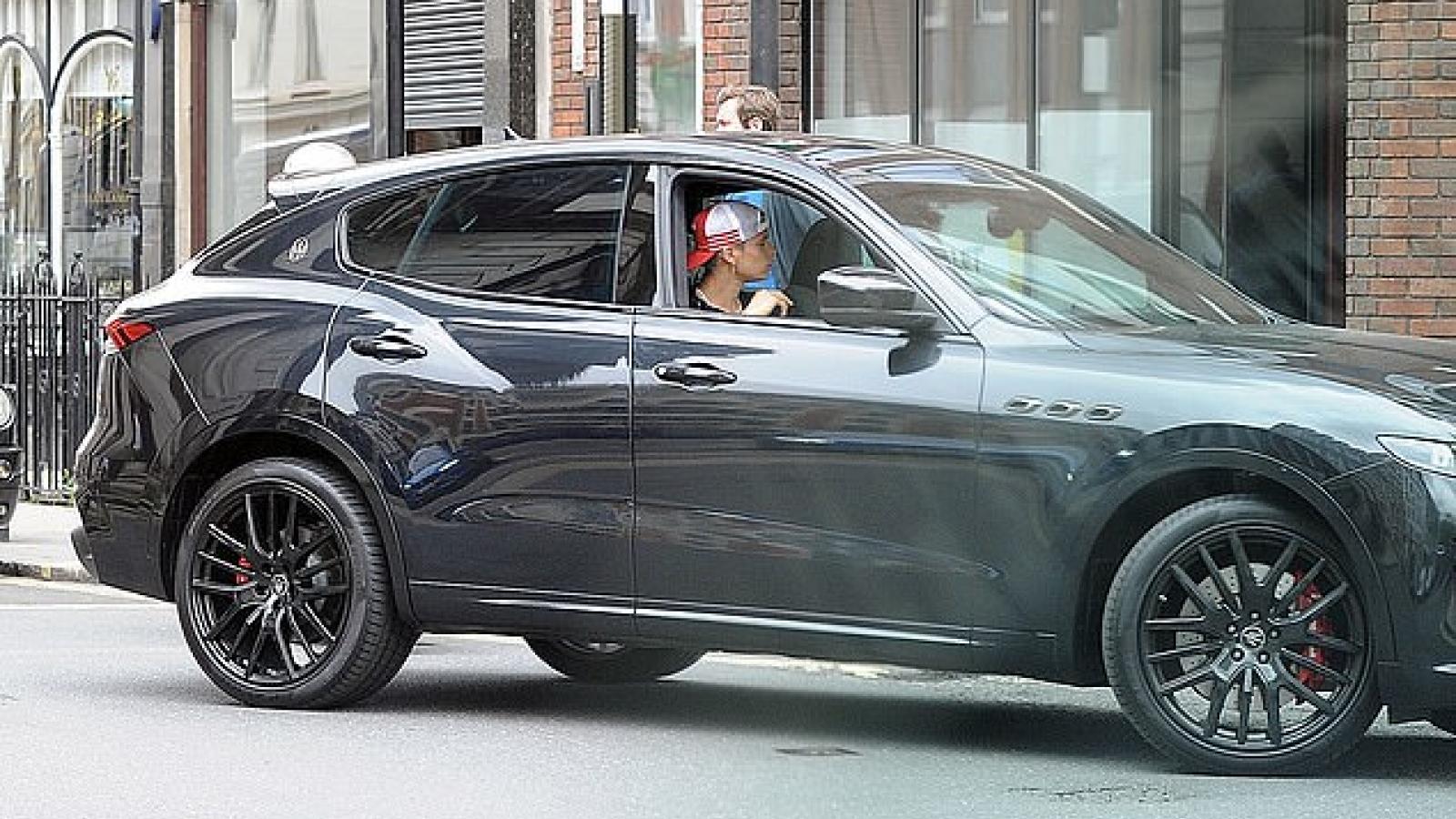 Romeo Beckham lái xe sang đi chơi cùng bạn thân