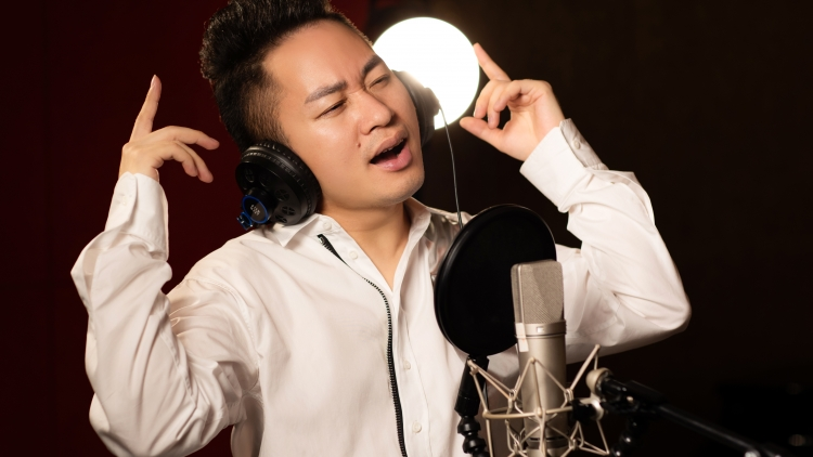 Tùng Dương cùng rapper Ram C hát tri ân các chiến sĩ áo trắng