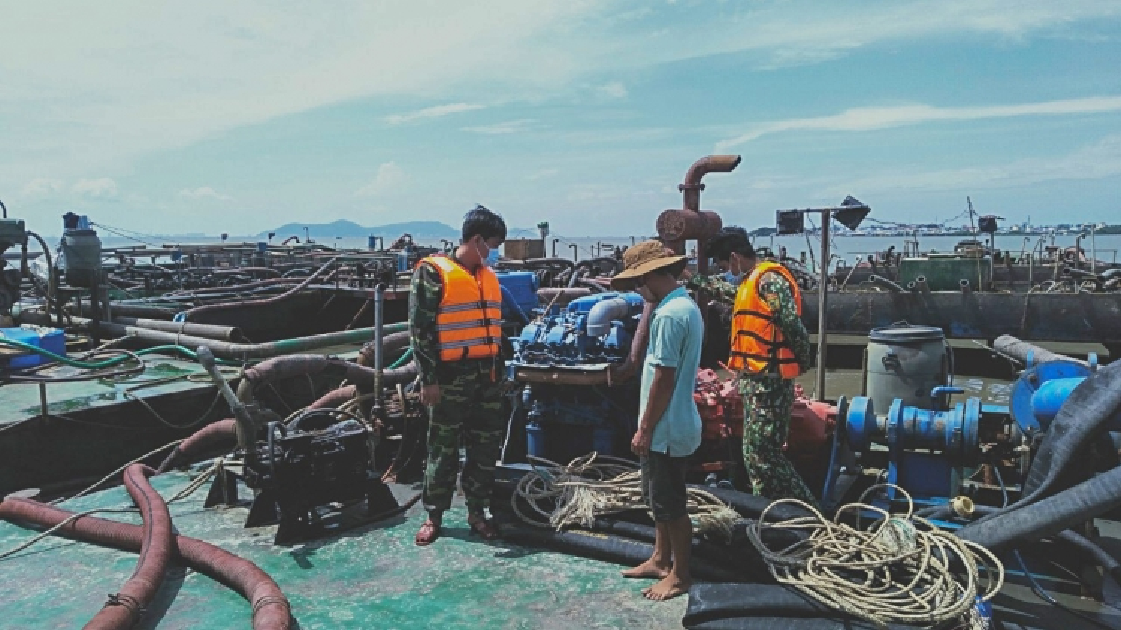 TP.HCM: Bắt giữ 3 sà lan vận chuyển cát trái phép trên biển Cần Giờ