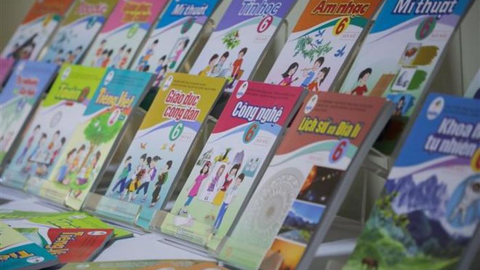 """Giá sách giáo khoa mới tăng """"sốc"""": Nhà nước nên định giá?"""