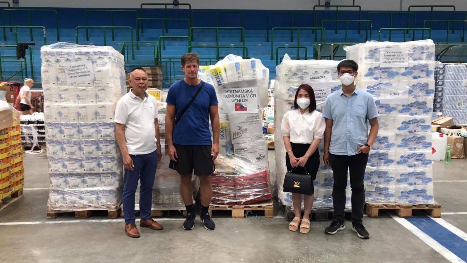 Cộng đồng người Việt tại Séc chung tay hỗ trợ người dân gặp khó khăn tại Nam Morava