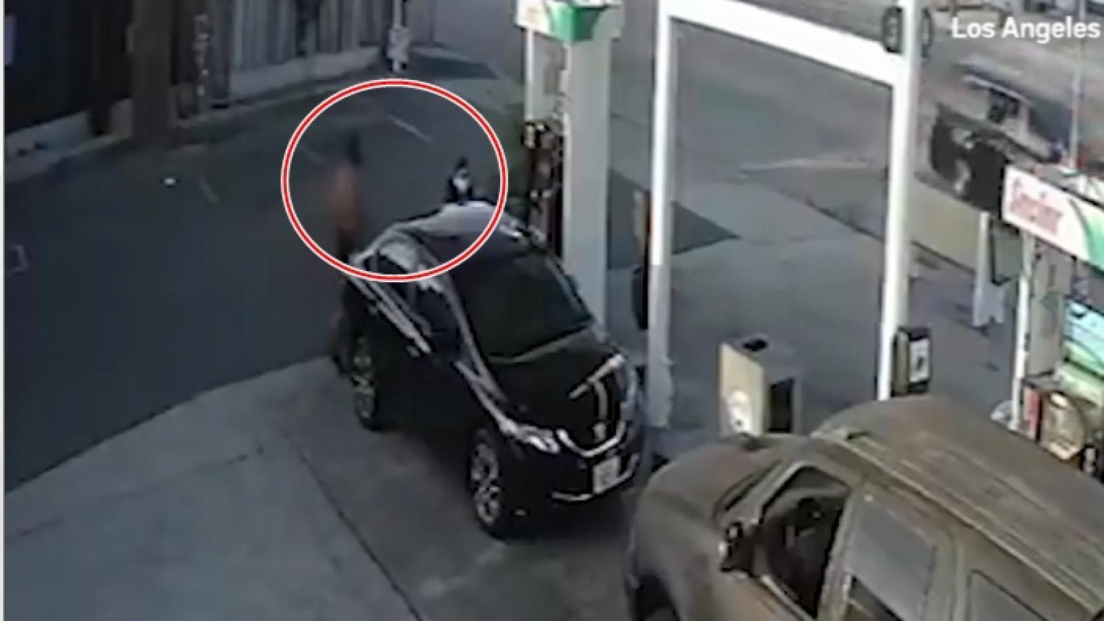 Video: Gã tài xế hành hung tàn bạo một phụ nữ tại trạm xăng ở Mỹ