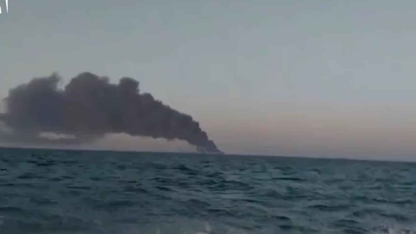 Video: Tàu hải quân lớn nhất của Iran bắt lửa, bốc khói dữ dội rồi chìm xuống biển
